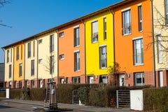 在柏林附近的五颜六色的连续住房 免版税库存图片