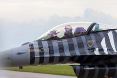 在柏林飞行表演的土耳其F-16空军soloturk 免版税图库摄影