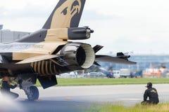 在柏林飞行表演的土耳其F-16空军soloturk 免版税库存照片