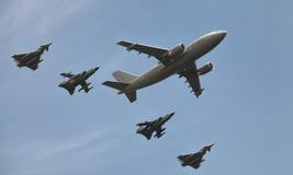 在柏林飞行表演的德国军用飞机和攻击喷气机 免版税图库摄影