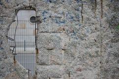 在柏林围墙的孔 免版税库存照片