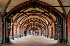 在柏林- Oberbaumbrà ¼ cke的一座桥梁下 库存照片