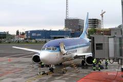 在柏油碎石地面的爱沙尼亚语航空737 库存照片