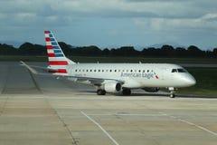在柏油碎石地面的美国老鹰飞机在拉罗马纳国际机场 免版税库存图片