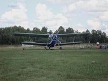 在柏油碎石地面的老飞机 免版税库存照片