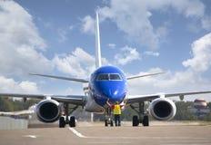 在柏油碎石地面的飞机在机场 免版税库存图片