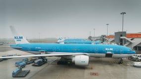 在柏油碎石地面的KLM飞机在斯希普霍尔机场在阿姆斯特丹 免版税库存照片