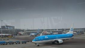 在柏油碎石地面的KLM飞机在斯希普霍尔机场在阿姆斯特丹 库存图片