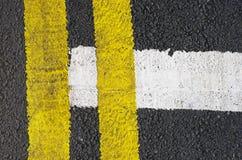 在柏油路的交通线 免版税图库摄影