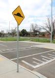 在柏油路的减速块有黄色和黑标志的 免版税库存图片