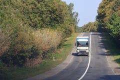 在柏油路的汽车在公园的autumnr天 库存图片