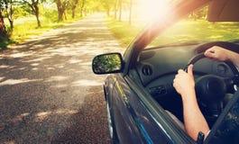 在柏油路的汽车在夏天 免版税库存照片