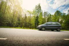 在柏油路的汽车在美好的春日 库存照片