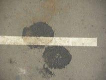 在柏油路的燃料泄漏 免版税图库摄影