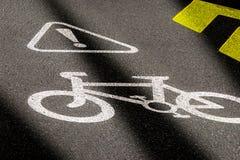 在柏油路的自行车道标志 骑自行车的安全和活跃生活方式的概念 3D在夜间的透视图与 免版税库存图片