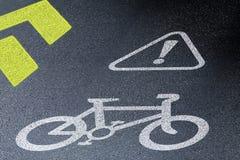 在柏油路的自行车道标志 骑自行车的安全和活跃生活方式的概念 3D在夜间的透视图 免版税库存图片