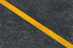 在柏油路的黄色对角标号线 库存图片