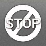 在柏油路背景的禁止的符号和字终止 免版税库存图片