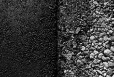 在柏油路边缘的石头 库存图片