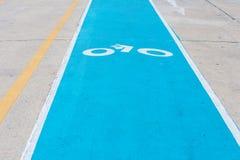 在柏油路画的自行车道路 骑自行车者的车道 交通标志和公路安全 免版税库存图片