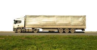 在柏油路绿草白色的长的肮脏的van truck被隔绝的 免版税图库摄影