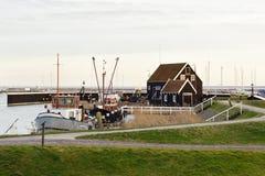 在某处湖附近的老传统木房子在荷兰 免版税库存图片