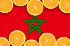 在柑桔切片水平的框架的摩洛哥旗子 免版税库存图片