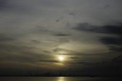 在柔佛州海峡的日出 库存图片