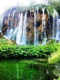 在柔和的小河的美丽的瀑布 库存图片