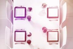 在柔和的淡色彩的美好的桌设置定调子顶视图 库存图片