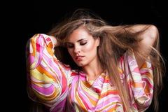 在柔滑的五颜六色的礼服的白肤金发的女孩秀丽画象 免版税图库摄影