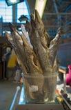 在柜台待售,传统啤酒快餐的干咸鱼矛 免版税库存照片