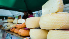 在柜台的各种各样的乳酪 免版税库存照片