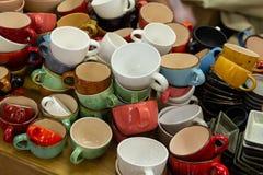 在柜台的多彩多姿的陶瓷杯子 库存图片