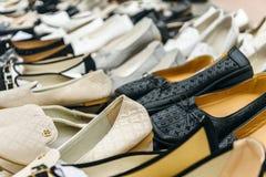 在柜台的女性鞋子 免版税库存照片