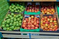 在柜台的新鲜的开胃果子在商店 免版税库存照片