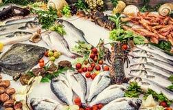 在柜台的新鲜的生海鲜在餐馆 免版税库存图片