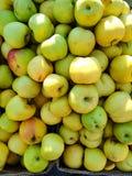 在柜台的绿色苹果在街道商店 免版税库存照片