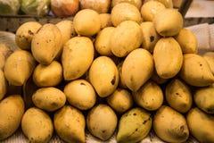在柜台的黄色芒果在市场上 免版税图库摄影