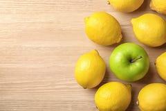 在柠檬中的一个绿色苹果 库存照片
