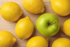 在柠檬中的一个绿色苹果 库存图片
