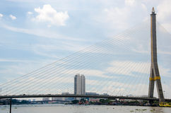 在查奥Praya河的Rama VIII桥梁在曼谷, 免版税库存照片