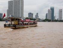 在查奥Praya河,曼谷泰国的客船 库存图片