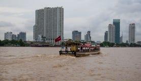 在查奥Praya河,曼谷泰国的客船 图库摄影