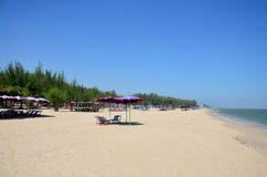 在查家上午海滩的家具 免版税库存照片