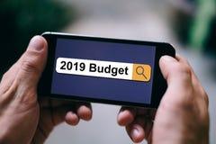 2019在查寻酒吧的预算在智能手机或流动手机屏幕,在企业概念的成功 免版税图库摄影