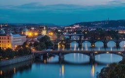 在查尔斯桥梁的晚上视图在伏尔塔瓦河河在布拉格, capit 免版税图库摄影