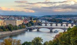 在查尔斯桥梁的看法在伏尔塔瓦河河在布拉格,首都 免版税库存照片