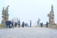 在查尔斯桥梁的纪念碑在布拉格的中心 免版税库存图片