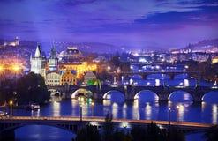 在查尔斯桥梁附近的河伏尔塔瓦河在布拉格 免版税库存图片